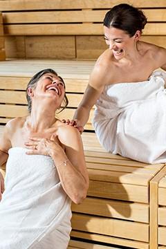 Mutter und Tochter in Sauna